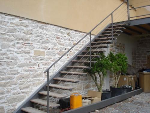 Escaliers avec marches prises dans le mur